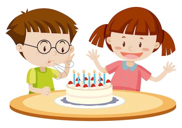 Kinderen die cake op verjaardag blazen