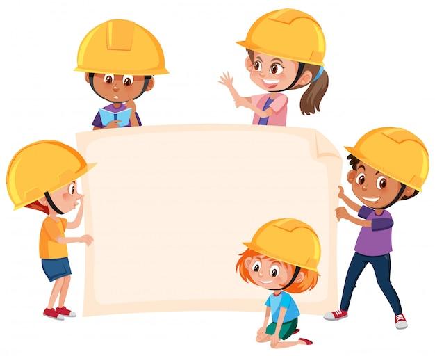 Kinderen die de banner van de ingenieurshoed dragen