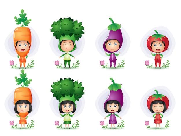 Kinderen die het karakter van het groentenkostuum gebruiken. broccoli, aubergine, wortel en tomaat