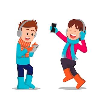 Kinderen die hun respectievelijke gadgets gebruiken om naar muziek te kijken of ernaar te luisteren