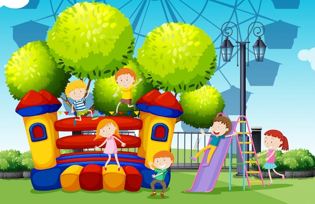 Kinderen die in het park spelen