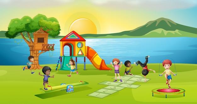Kinderen die in speelplaats bij zonsondergang spelen