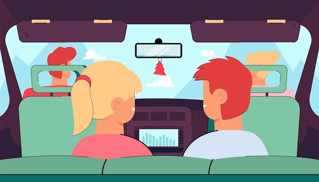 Kinderen die met de ouders in de auto reizen