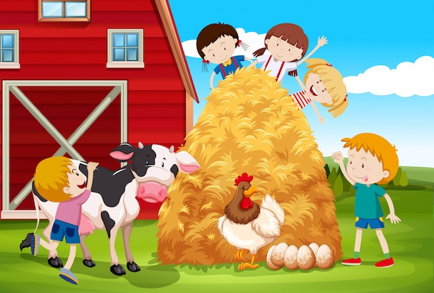 Kinderen die met landbouwbedrijfdieren in boerderij spelen
