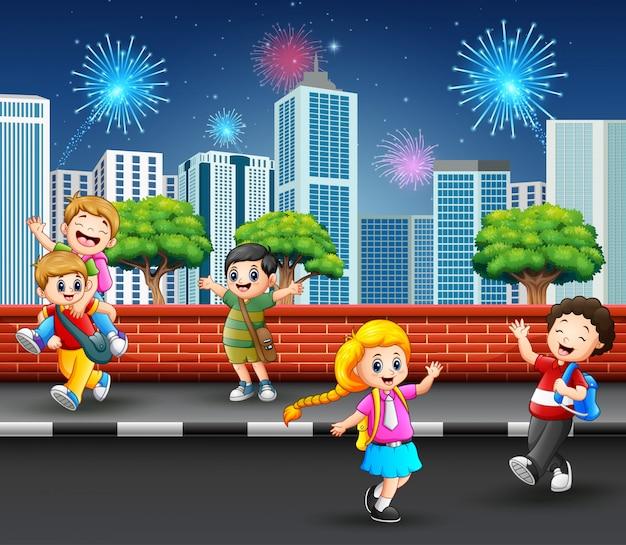 Kinderen die op cityscape van de straatstoep concept spelen
