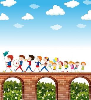 Kinderen die op de brug marcheren