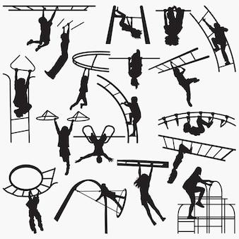 Kinderen die op de stavensilhouetten van de speelplaatsaap spelen