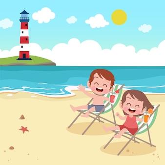 Kinderen die op de strandillustratie spelen