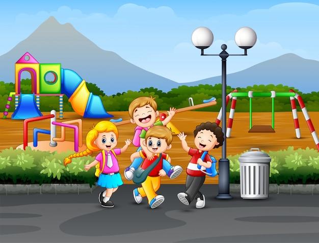 Kinderen die op de weg met speelplaatsachtergrond spelen