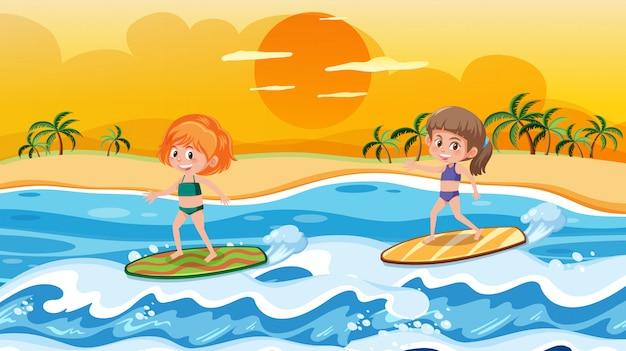 Kinderen die op golvenscène surfen
