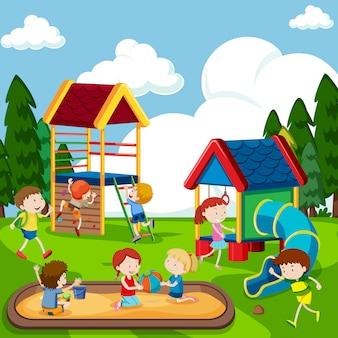Kinderen die op speelplaats spelen