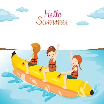 Kinderen die pret op bananenboot hebben