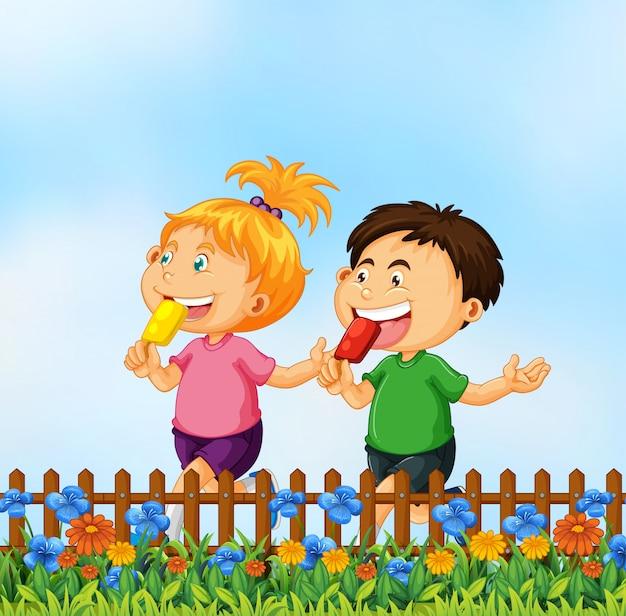 Kinderen die roomijs in de tuin eten