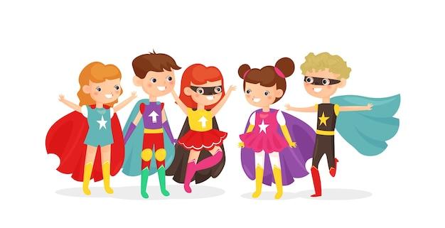 Kinderen die superheldenkostuums dragen. superheldenkinderen hebben samen plezier, kindervrienden op een kostuumfeestje