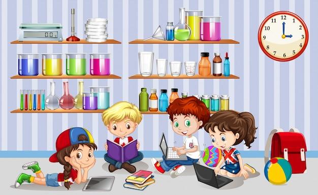 Kinderen die werken op computers in de klas