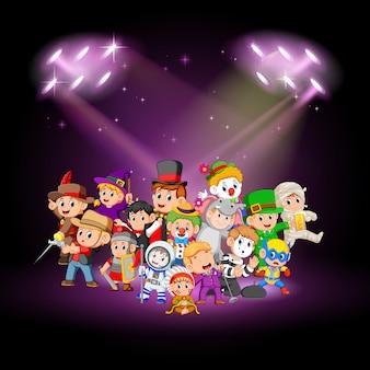 Kinderen dragen kostuum op het podium