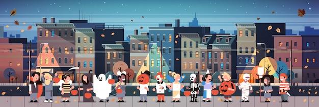 Kinderen dragen monsters kostuums wandelen nacht stad banner