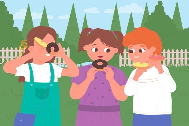 Kinderen eten donuts in de zomergroene parktuin of achtertuin, gelukkige vrienden die snoep eten