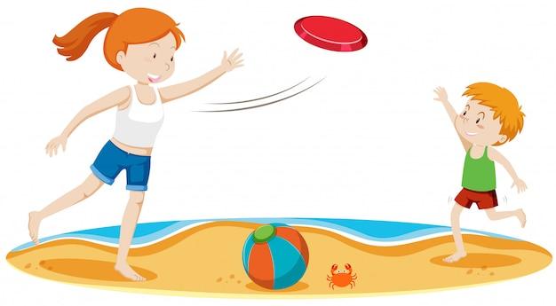 Kinderen frisbee spelen op het strand