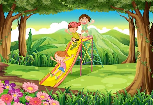 Kinderen glijden naar het bos