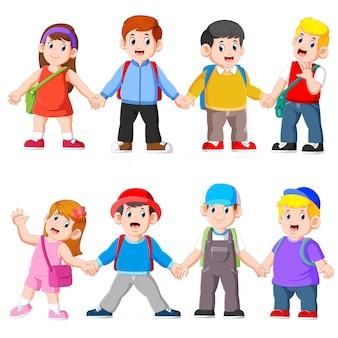 Kinderen hand in hand gaan naar school met schooltas