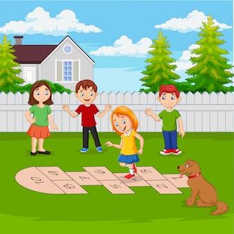 Kinderen hinkelen in het park