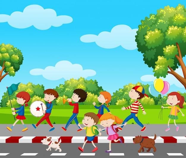 Kinderen in band die in park marcheren