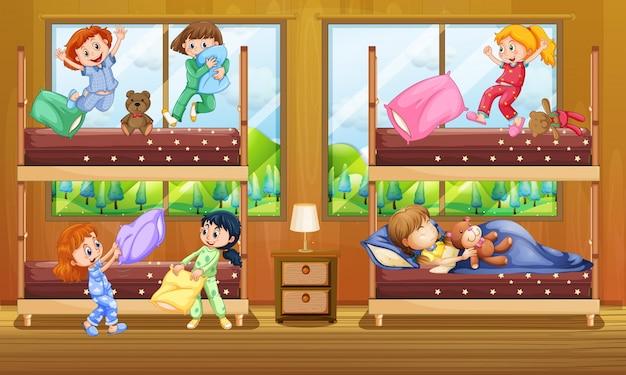 Kinderen in een slaapkamer met twee stapelbedden