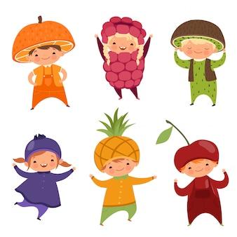 Kinderen in fruitkostuums. vectorafbeeldingen van verschillende grappige kleding voor kinderen