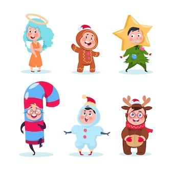 Kinderen in kerstkostuums. grappige kinderen vieren xmas en wintervakantie.