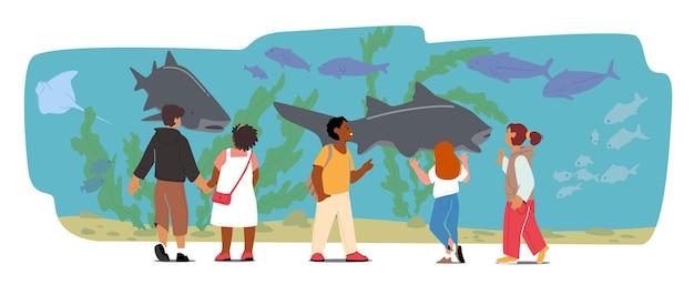 Kinderen in oceanarium, kinderen kijken naar oceaanvissen achter aquariumglas, kleine personages leren mariene flora en fauna, onderwater- en zeedieren. cartoon mensen vectorillustratie