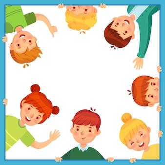 Kinderen kijken uit van vierkante frame. kinderen gluren naar buiten, zwaaien, duimen op en verstoppen zich. jongens en meisjes vriendschap. kleine leerlingen in raamkozijn of grens vectorillustratie