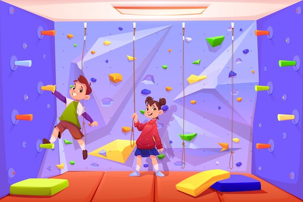 Kinderen klimmen muur, spelen in recreatiegebied