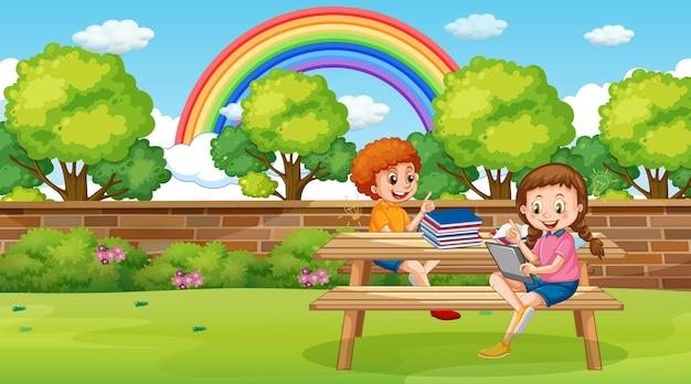 Kinderen leunen online met tablet in het park