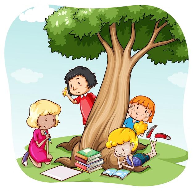 Kinderen lezen in het park