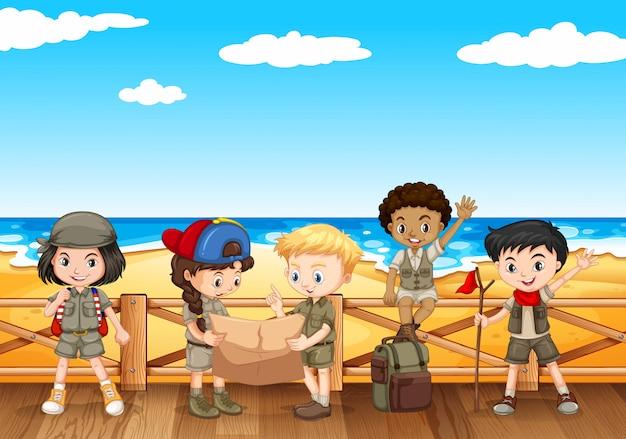 Kinderen lezen kaart aan de kust