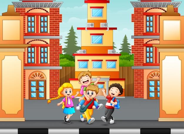 Kinderen lopen en gaan naar school