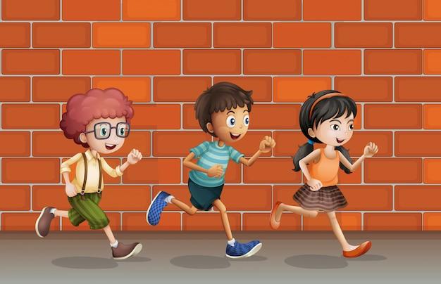 Kinderen lopen langs de muur