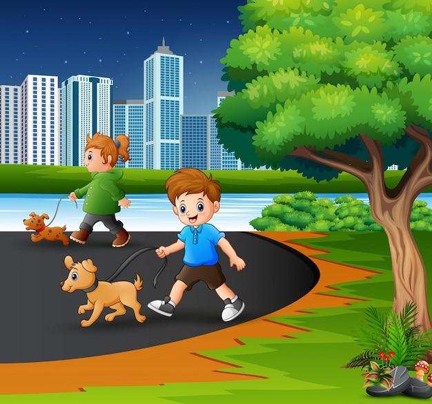 Kinderen lopen met hun huisdieren in het stadspark