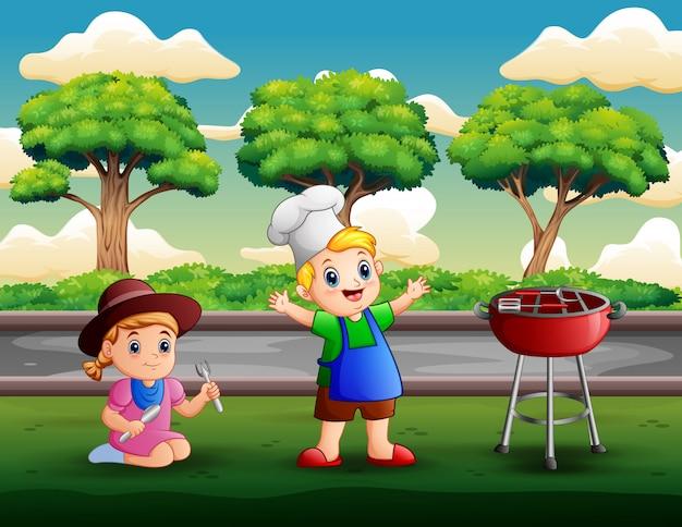 Kinderen met barbecue in de achtertuin