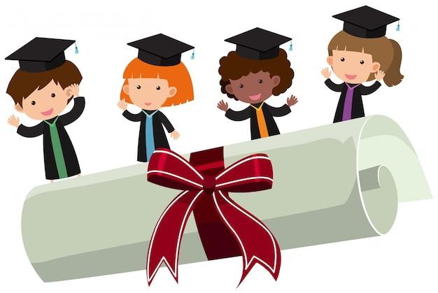Kinderen met graduatiejurk en roldiploma