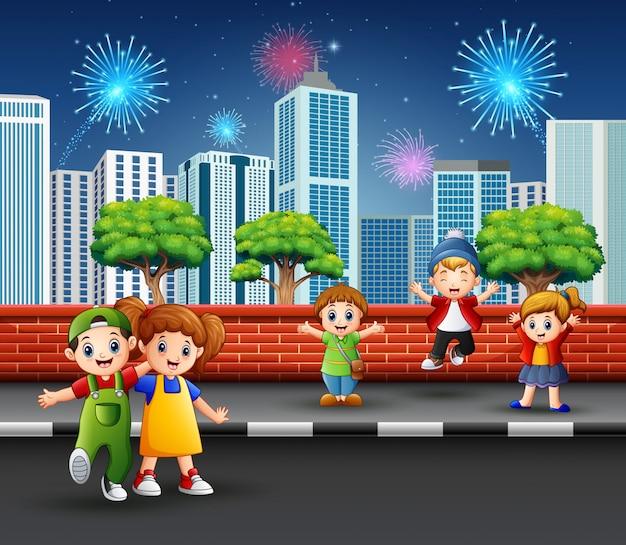 Kinderen op de straatstoep met cityscape en vuurwerk