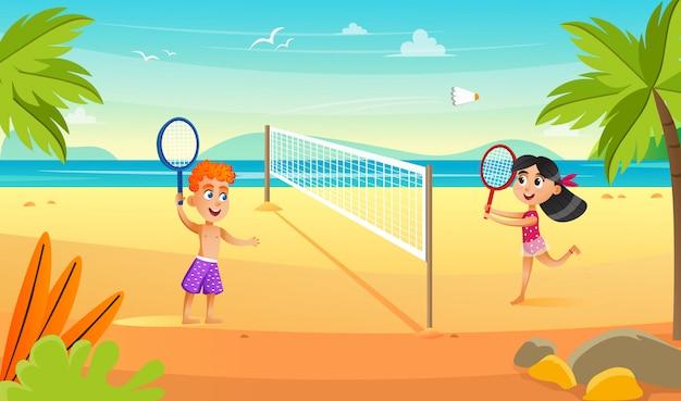 Kinderen op het strand in de buurt van zee badminton spelen.