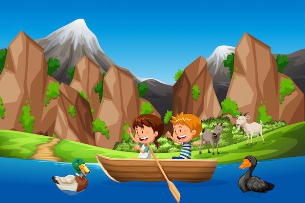 Kinderen peddelen boot in de natuur