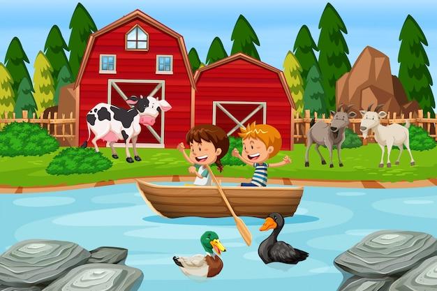 Kinderen peddelen houten boot op boerderij