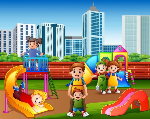 Kinderen plezier hebben met familie in de speeltuin