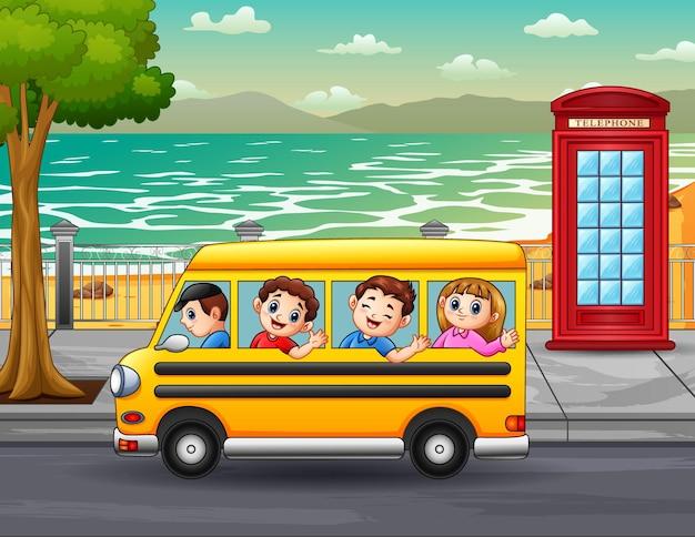 Kinderen rijden met de bus door de straten van de stad