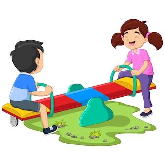 Kinderen rijden op wip in het park