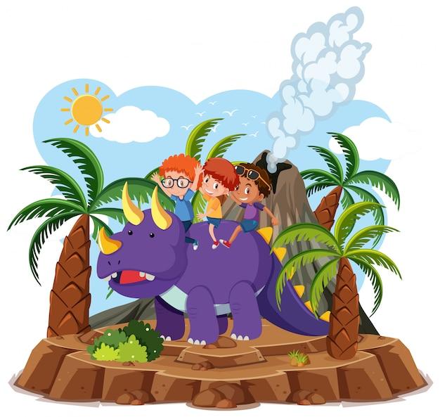 Kinderen rijden schattige dinosaurus met vulkaanuitbarsting geïsoleerd op een witte achtergrond