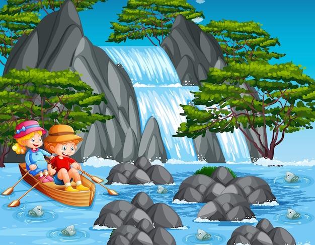 Kinderen roeien de boot in de watervalscène